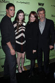 Hailee Steinfeld with Brother Griffin and Parents Cheri and Pete at the Fourth Annual Women in Film Pre-Oscar Cocktail Party — Stock Photo