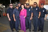 Debi Mazar with police officers — Stock Photo