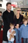 Russell Crowe, Danielle Spencer and sons Tennyson and Charlie — Stock Photo