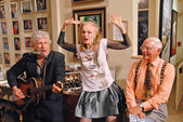 Smokey Miles performs for Julie Newmar and her brother — Stock Photo
