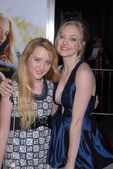 Kathryn Newton and Amanda Seyfried at the Dear John World Premiere, Chinese Theater, Hollywood, CA. 02-01-10 — 图库照片