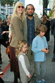 Laura Dern with Ben Harper and children — Stock Photo