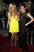 Ashley Tisdale, Aimee Garcia — ストック写真