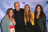 Wayne Dyer and his family — Stock Photo