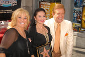 Tanya Tucker with Crystal Gayle and Wink Martindale — Stock Photo