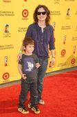 Sara Gilbert and son Levi — Stock Photo