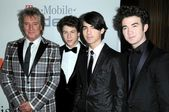 Rod Stewart and Nick Jonas with Joe Jonas and Kevin Jonas — Stock Photo