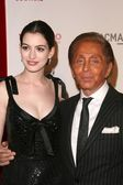 Anne Hathaway, Valentino Garavani — Stock Photo