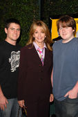 Deidre Hall with sons — Stock Photo