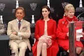 Valentino Garavani with Anne Hathaway and Nancy Krasne — Stock Photo