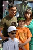 亚当的海滩和家庭在世界首映的不可思议的绿巨人。吉布森圆形剧场、 环球影城、 世界城市、 ca。 08/6/8 — 图库照片