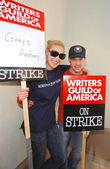 Katherine Heigl and T.R. Knight at the Writers Guild of America Picket Line in front of Paramount Studios. Hollywood, CA. 12-12-07 — Stock Photo