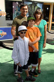 Adam beach et famille à la première mondiale de l'incroyable hulk. amphithéâtre gibson, universal studios, universal city, ca. 08/06/08 — Photo