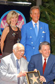 Debby Boone and Pat Boone with Johnny Grant and Mike Curb — Stock Photo