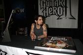 Dave navarro i butik för att främja guitar hero ii — Stockfoto
