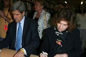 "John Kerry and Teresa Heinz Kerry Promote ""This Moment on Earth"" — Stok fotoğraf"