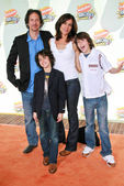 Michael Wolff and Polly Draper with their sons Alex and Nat — Stock Photo