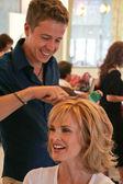 Kylie Bax having hair done — Stock Photo
