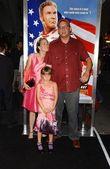 Adam mckay e família na estréia de noites de talladega a balada de bobby de ricky. graumans teatro chinês, hollywood, ca. 26/07/06 — Foto Stock