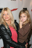 Donna D'Errico and daughter Frankie Jean Sixx — Stockfoto
