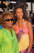 Alfre Woodard and daughter Mavis at the premiere of Dreamer, Mann Village Theatre, Westwood, CA 10-09-05 — Stock Photo