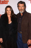 Keely Shaye Smith and Pierce Brosnan at the premiere of The Matador, Westwood Crest Theatre, Westwood, CA 12-11-05 — Stock Photo