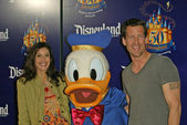 Teri Hatcher, Donald Duck and Jamie Denton — Stock Photo