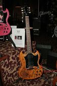 Aerosmiths custom decorated guitar that will be auctioned off to raise funds for the Expedition Inspiration Fund for Breast Cancer Research, Hard Rock Cafe, Los Angeles, CA 05-03-05 — Stock Photo