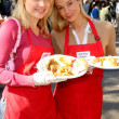 Alana Curry and Jennifer Gareis at the Thanksgiving Meal for the Homeless at the Los Angeles Mission, Los Angeles, CA. 11-24-04 — Stock Photo