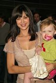 Catherine Bell and daughter Gemma — Stock Photo