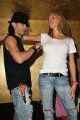 Adam saaks 和麦乐天摩尔在台加热器交易卡庆祝今年秋季幻想发布 2004年交易卡系列、 极乐、 西好莱坞,加利福尼亚州 04/11/20 — 图库照片