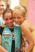 Nicole Richie and crying fan — Stock Photo