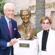 Bob Barker and Sculptor Angie Whitson — Stock Photo