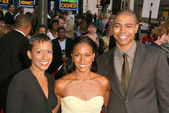 Jada Pinkett Smith with mom and brother — Stock Photo