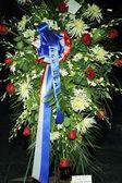 Una corona de flores y ventilador homenajes al ex presidente ronald reagan — Foto de Stock