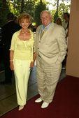 欧内斯特 · 博格宁和妻子出来拿出来给 — 图库照片