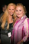 Cindy Margolis and mom Karyn — Stock Photo