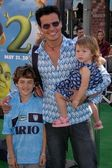Antonio sabato jr. och barn — Stockfoto