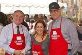 L.A. Police Chief William Bratton with Patricia Heaton and John Larroquette — Stock Photo