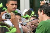 Antonio Banderas signs autographs for fans — Stock Photo