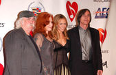 David Crosby and Bonnie Raitt with Sheryl Crow and Jackson Browne at the 2006 MusiCares Person of the Year Gala. Los Angeles Convention Center, Los Angeles, CA 02-06-06 — Stock Photo