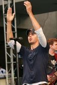 Enrique Iglesias In-Store Performance and Signing — Stock Photo