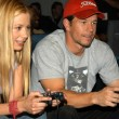 Mira Sorvino and Mark Wahlberg play NBA ShootOut — Stock Photo