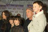 Corbin Bernsen with wife Amanda Pays and kids — Stock Photo