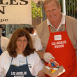 Ken Howard with volunteer — Stock Photo