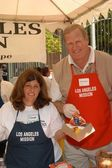 Ken Howard with volunteer — Stock Photo
