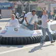 Frankie Muniz and Anthony Anderson arrive on a hovercraft — Stock Photo #17558731