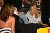 Jessica Simpson shows off her Louis Vuitton shoes to a fan — Stock Photo