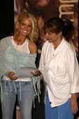 Jessica Simpson and her mom — Stock Photo