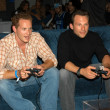 Cole Hauser and Christian Slater play NBA ShootOut — Stock Photo